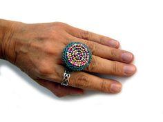 Gehäkelter Ring, mit bunten Rocailles in Metallicfarben.  Wunderbar weich und angenehm zu tragen.  Ringinnendurchmesser ca. 19 mm, leicht dehnbar.  100% Baumwolle