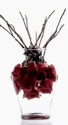 An artistic spin to the usual roses in a vase. not sure how long they'd last, if you get real flowers.if you used this on your Halloween table ? Soirée Halloween, Halloween Themes, Victorian Halloween, Halloween Dinner, Our Wedding, Dream Wedding, Wedding Black, Trendy Wedding, Gothic House