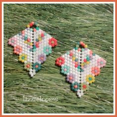 Arrowhead earrings made in summer colors with delica beads. Brick Stitch Earrings, Seed Bead Earrings, Beaded Earrings, Earrings Handmade, Seed Beads, Beaded Jewelry, Peyote Patterns, Beading Patterns, Beadwork Designs