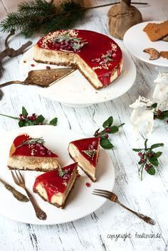 Christmas-Cheesecake mit Spekulatius-Boden, Lebkuchen-Marzipan-Füllung und Glühwein-Guss (…like a piece of New York Cheesecake…) Christmas cheesecake with speculoos, gingerbread and marzipan filling Marzipan, Holiday Baking, Christmas Desserts, Christmas Baking, Christmas Parties, Christmas Treats, Christmas Holiday, Food Cakes, Cupcake Cakes