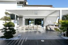 veranda bioclimatique pergola bioclimatique en bois blanc
