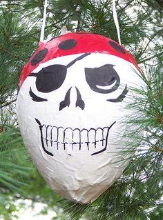 PIRATE PARTY. Une piñata fait toujours plaisir aux petits pirates ...