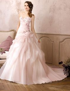 Robe de mariée rose poudréRobe bustier rose poudré avec lacets dans le dos.A partir de 900 eurosModèle DS142-13, Divina Sposa