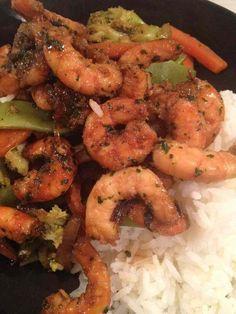 Je profite souvent des promos sur les crevettes chez le poissonnier ! C'est sain et bien bon ! Voici une nouvelle recette, pleine de saveurs !! Pour 2 pers 3 pp / pers (weight watchers) 6 pp / pers servi avec 100 g de riz cuit -250 g de crevettes décortiquées...
