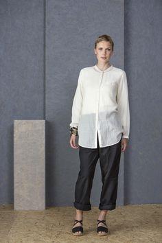 Ostern mit Gudrun Sjödén - Die Hose aus Leinen/Baumwolle ist eine einfarbige, klassische Hose mit Gürtelschlaufen und Taschen. Bestelle deine neue Allrounder Hose: http://www.gudrunsjoeden.de/mode/produkte/hosen