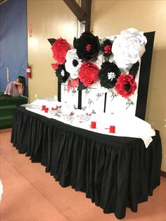 Paper flower backdrop red, white and black flowers party decoration candy table red bridal showers Black Party Decorations, Wedding Decorations, White Paper Flowers, Black Flowers, Big Flowers, Red Birthday Party, 50th Birthday, White Bridal Shower, Essen