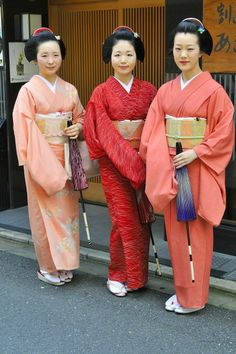 Hassaku 2015 of Gion Higashi: The maiko Tomitae with her sister the maiko Tomitsuyu of Tomikiku okiya with their friend the maiko Kanohiro of Kanoya okiya.