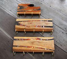 Penduradores entalhados com detalhes em mosaico artístico! Peças únicas, confeccionadas artesanalmente para dar um toque diferenciado em seu ambiente.