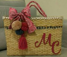 Bolsa palha personalizada com pompons e tecido bandana pink.