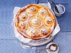 So schmeckt Freude: saftig gefüllt und auf Vanillecreme gebettet - das ist unser Rezept für Bratapfelkuchen.