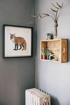 étagère murale en bois, salon avec mur gris, couloir, peinture murale, idée créative