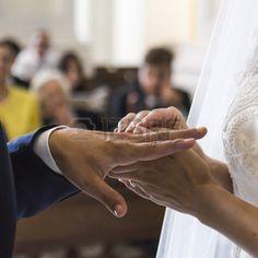 #adulto #sposa #festeggiamento #cerimonia #abito #fidanzamento #famiglia #femmina #dito #oro #sposo #mano #mani #viaggio #umano #vita #amore #maschio #uomo #matrimonio #matrimonio sposi #omini #nuovo #anello #anelli #romanticismo #insieme #nozze #bianco #moglie #donna #donne #giovani