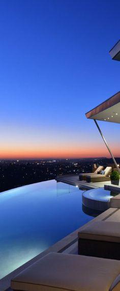 infinity-pool-nachtbeleuchtung-leds-funkeln-terrasse-ausblick