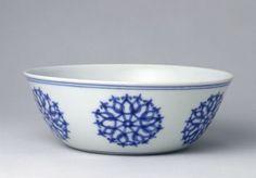 青花团花纹卧足碗,明成化,高5cm,口径13.7cm,足径6.9cm。 Chenghua, Ming Dynasty, China
