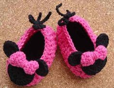Zapato, Zapatilla Minnie Mouse Crochet Todas Las Edades Crochet Baby Booties, Crochet Slippers, Knit Crochet, Baby Slippers, Baby Princess, Leather Projects, Cute Shoes, Crochet Projects, Mickey Mouse