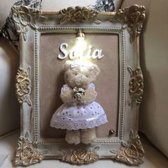 25x30 com ursinha Living Room Decor 2018, Baby Room Decor, Frame Crafts, Diy Frame, Farmhouse Nursery Decor, Teddy Bear Crafts, Teddy Pictures, Baby Painting, Box Frames
