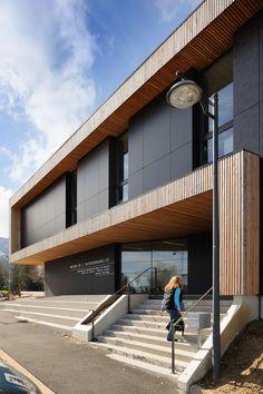 Vercors Massif Community Offices by Composite Architectes / Rue de l'Adret, 38250 Villard-de-Lans, Francia