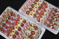 Op de bovenste schotel van links naar rechts:    hamrolletjes, carpaciopakketjes, gevuld ei, tomaatsalade, rauweham met meloen, wraps met ham en pesto, cupjes filet americain, salami met olijf, tomaat met een fetablokje en gevulde dadel. Party Food And Drinks, Snacks Für Party, Appetizer Buffet, Appetizer Recipes, Fingers Food, Birthday Snacks, Tapas Party, Reception Food, Party Finger Foods