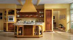 cuisine en style campagne avec îlot en jaune et bois par Scavolini