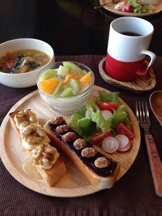 今日の朝ごはん。パンはクリームチーズ&胡桃&はちみつ、チョコスプレッド&糖がけピーナッツ。スープはベーコンと牛蒡、人参です。