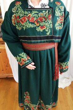 Nydelig brodert Øst Telemark bunad, grønn med foret jakke, skjorte Høyde 1.63 -1.75 Bunadsko størelse 38-39 Bell Sleeves, Bell Sleeve Top, Kimono Top, Costumes, Embroidery, Norway, Traditional, Vintage, Tops