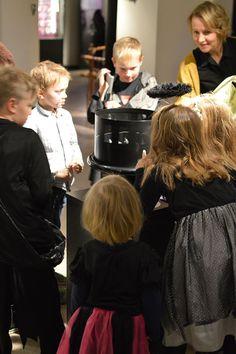 Museo on täyttynyt lepakoista. Tapahtuman yhteydessä on mahdollisuus tutustua Vampyyrien varjostamat – lepakoiden salainen maailma -näyttelyyn. Luuppi, Oulu (Finland)