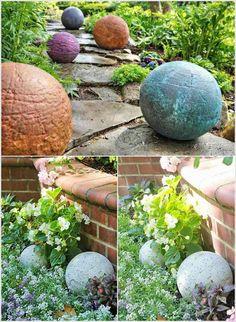 des boules de jardin en béton décorées de peinture orange, bleue et blanche