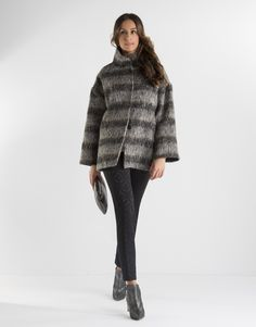 Chaquetón corto de mujer en tonos grises. Cuello mao, dos bolsillos laterales, vuelta en mangas y cierre con broches ocultos