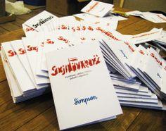 """Broszura propagandowa wydana specjalnie na wystawę """"Socjalidarność"""".Na okładce szablon własnoręcznie odbity przez Simpsona. Seria limitowana do 99 sztuk."""