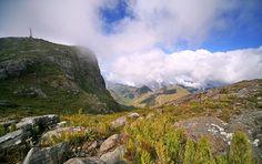 Parque Nacional de Caparaó: Pico da Bandeira - O parque está localizado na divisa do Espírito Santo com Minas Gerais e ocupa sete cidades do lado capixaba (espiritossantense) e quatro do lado mineiro.  Abriga o terceiro pico mais alto do país, o Pico da Bandeira.
