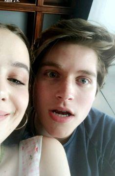Froy Gutierrez y Lucy Loken Frocy