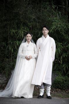 Korean traditional dress by Kyung Lim Hanbok Korean Hanbok, Korean Dress, Korean Outfits, Korean Traditional Dress, Traditional Fashion, Traditional Dresses, Korean Bride, Korean Wedding, Korea Fashion