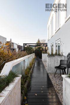 Onkruid tussen je tegels en vlonder komt vaak voor en het onkruid is veel te snel weer terug. Het is een heel karwei om het onkruid elke keer te verwijderen. Daarom onze tip: voorkomen is gemakkelijker dan genezen. | prevent weeds between your tiles and decking | #ehet #eigenhuisentuin #styling #decoratie #decoration #inspiratie #inspiration #interior #interieur #garden #tuin #gardeninspiration #tuininspiratie  #gardendesign #tuinstyling #gardenlovers #gardenideas #plants | Eigen Huis & Tuin Sidewalk, Tips, House, Home, Haus, Houses, Pavement, Curb Appeal, Counseling
