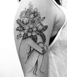 Tatuagem criada por Gabriela Blaezer do Rio de Janeiro. Mulher sentada com a cabeça cheia de flores em blackwork.