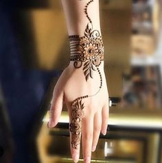 Simple Mehendi designs to kick start the ceremonial fun. If complex & elaborate henna patterns are a bit too much for you, then check out these simple Mehendi designs. Henna Hand Designs, Eid Mehndi Designs, Mehndi Designs Finger, Mehndi Designs For Beginners, Mehndi Designs For Girls, Modern Mehndi Designs, Bridal Henna Designs, Mehndi Design Photos, Beautiful Henna Designs