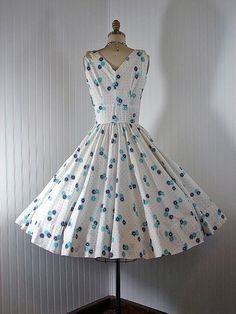 LOVE this dress. I miss Betty Draper's 50's housewife clothes!