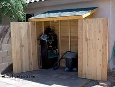 Parfait pour poubelles et pelles plans: http://ana-white.com/2012/04/plans/small-cedar-fence-picket-storage-shed