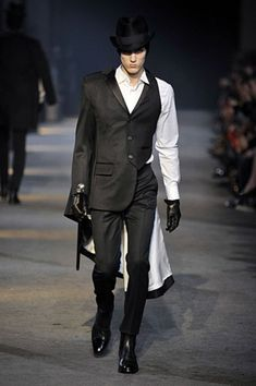 Alexander McQueen displayed a backstreet pugilistic chic collection in Milan. Prominent English designer Alexander McQueen presented a colle. Gothic Fashion, High Fashion, Fashion Show, Mens Fashion, Fashion Design, Dolly Fashion, Model Look, Mode Style, Mantel