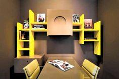 Escritório com prateleira amarela.