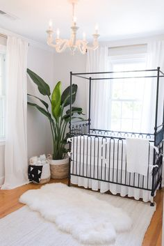 Looking for reference for minimalist nursery room is now easier. Check out these inspirations to decorate your little one's space in a simple way. Minimalist Nursery, Nursery Modern, White Nursery, Nursery Neutral, Modern Nurseries, Gender Neutral Nurseries, Luxury Nursery, Floral Nursery, Rustic Nursery