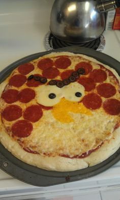 Order Papa Murphys rearrange peperronis, have yellow colby rounds cut and ready, can of olives, and bake! basketballs and butterflies: Angry Birds Party Cute Food, Good Food, Yummy Food, Festa Angry Birds, Angry Birds Cake, Bird Birthday Parties, Pizza Party, Food Humor, Kid Friendly Meals