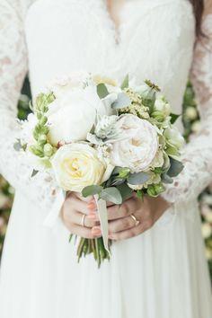 nur die schönste Blüte in den Brautstrauß, darunter weißrosé Pfingstrosen, weiße Rosen, Eucalyptus, Schafsgarbe, Mohnkapseln, Eselsohr, Löwenmäulchen, puderbeigefarbene Nelken, Polyantharösehen und als Highlight weißer Lavendel.