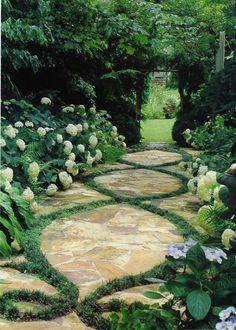 Une allée de jardin à la française avec allée en pierre et hortensias / French garden path, stones and hydrangeas - Marie Claire Maison
