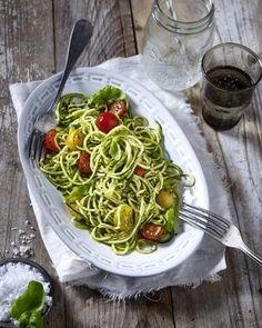 Zucchini-Nudeln (Zoodles) mit Kirschtomaten und Pesto Rezept: Personen,Basilikum,Knoblauchzehe,Parmesankäse,Olivenöl,Salz,Pfeffer,Zucchini,Kirschtomaten