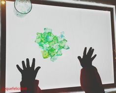 Hoy voy a enseñarte un montón de ideas y materiales que usamos en casa para aprender, jugar y experimentar con la mesa de luz.   ...