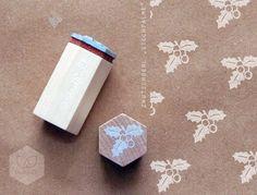 Mit dem kleinen Stechpalmenzweig  lassen sich weihnachtliche Brief- und Geschenkpapiere verzieren und vieles mehr. Die Stempelplatte aus vulkanisiertem Kautschuk wird in einem Fachbetrieb mit...