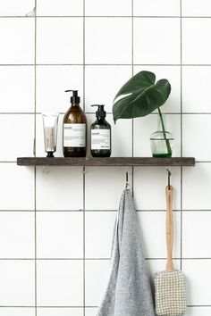 Minimalist bathroom Decor - Tips For Decorating A Small Rental Bathroom. Bad Inspiration, Bathroom Inspiration, Interior Inspiration, Bathroom Ideas, Shower Ideas, Bathroom Designs, Bathroom Renovations, Small Rental Bathroom, White Tiles Black Grout