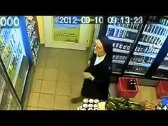 Monja ladrona roba cerveza en una tienda