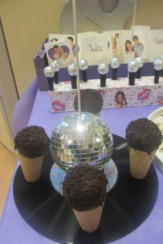 Cake pops microfones at Violetta party