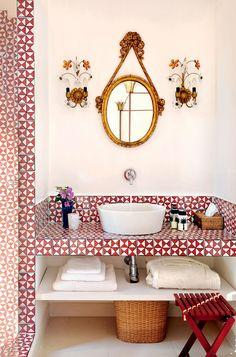 Nuovo appuntamento mensile con i bagni più belli del mondo, un viaggio virtuale di foto in foto: 5 stanze da bagno, 5 angoli di mondo, 5 ispirazioni.